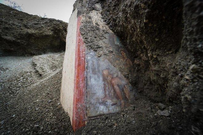 https://www.ragusanews.com/resizer/resize.php?url=https://www.ragusanews.com//immagini_articoli/19-11-2018/1542627142-1-archeologia-affiora-affresco-luci-rosse-pompei.jpg&size=750x500c0