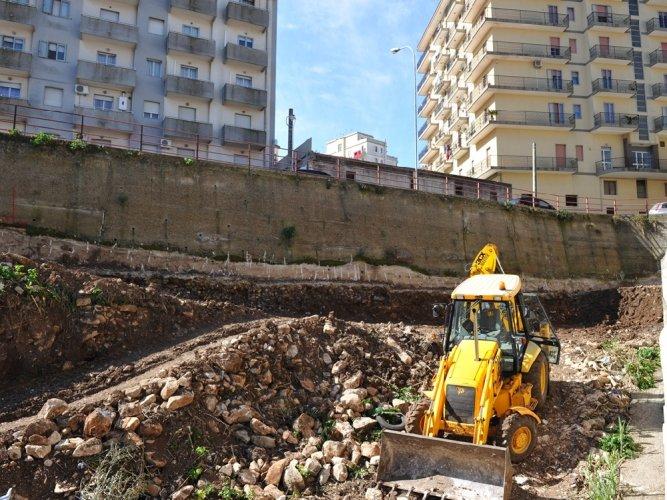 https://www.ragusanews.com/resizer/resize.php?url=https://www.ragusanews.com//immagini_articoli/19-12-2012/1396121120-sequestrato-il-cantiere-di-via-trani-a-modica.jpg&size=667x500c0