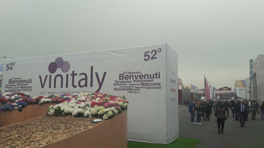 https://www.ragusanews.com/resizer/resize.php?url=https://www.ragusanews.com//immagini_articoli/20-04-2018/1524214535-1-viaggio-vino-sicilia-vinitaly-verona.jpg&size=889x500c0