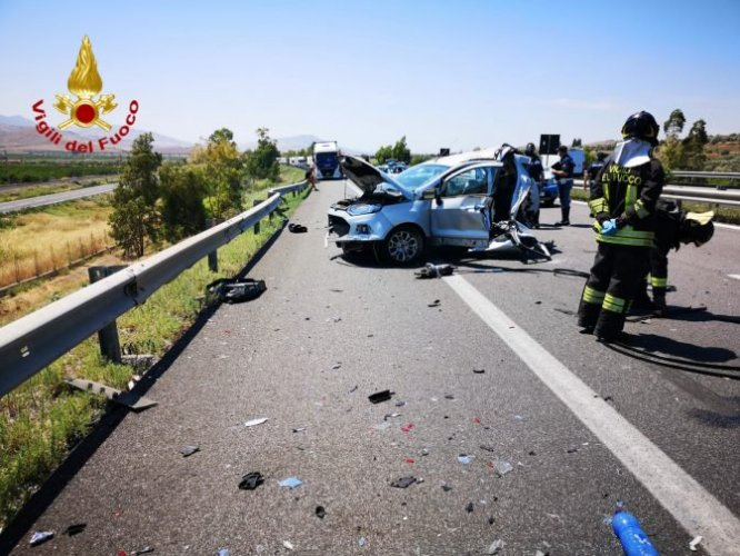 https://www.ragusanews.com/resizer/resize.php?url=https://www.ragusanews.com//immagini_articoli/20-06-2019/1561039996-1-incidente-due-morti-e-tre-feriti-palermo-catania.jpg&size=666x500c0