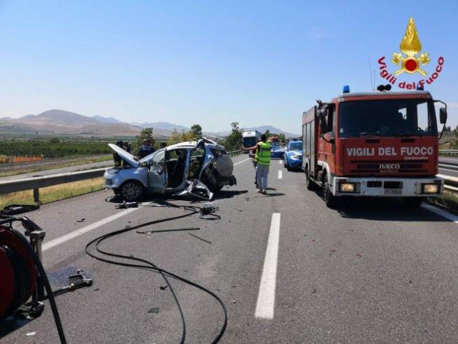 https://www.ragusanews.com/resizer/resize.php?url=https://www.ragusanews.com//immagini_articoli/20-06-2019/1561040025-1-incidente-due-morti-e-tre-feriti-palermo-catania.jpg&size=666x500c0