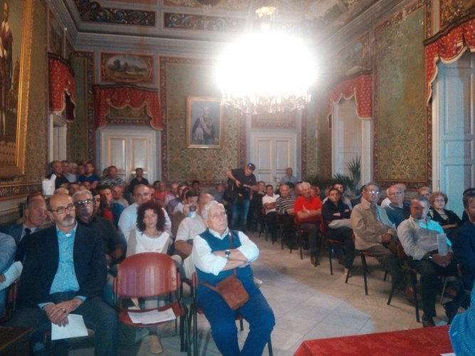 https://www.ragusanews.com/resizer/resize.php?url=https://www.ragusanews.com//immagini_articoli/20-10-2015/1445332456-1-assemblea-udc-contro-lo-smantellamento-del-busacca.jpg&size=667x500c0