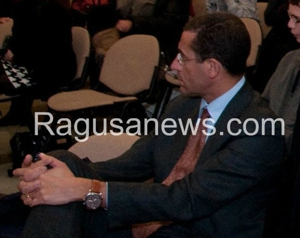 https://www.ragusanews.com/resizer/resize.php?url=https://www.ragusanews.com//immagini_articoli/21-01-2015/1421841914-0-il-viceprefetto-ferdinando-trombadore-e-il-commissario-straordinario.jpg&size=631x500c0