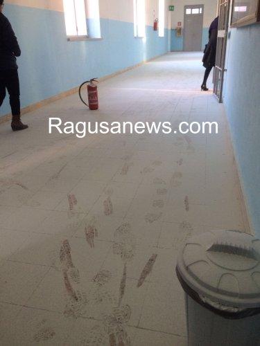 https://www.ragusanews.com/resizer/resize.php?url=https://www.ragusanews.com//immagini_articoli/21-01-2016/1453365452-1-i-vandali-alla-rogasi-scuola-chiusa.jpg&size=375x500c0