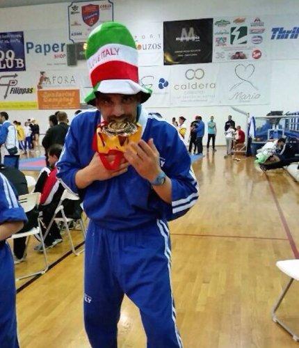 https://www.ragusanews.com/resizer/resize.php?url=https://www.ragusanews.com//immagini_articoli/21-05-2014/1400626885-luigi-moschella-campione-di-kick-boxing.jpg&size=430x500c0