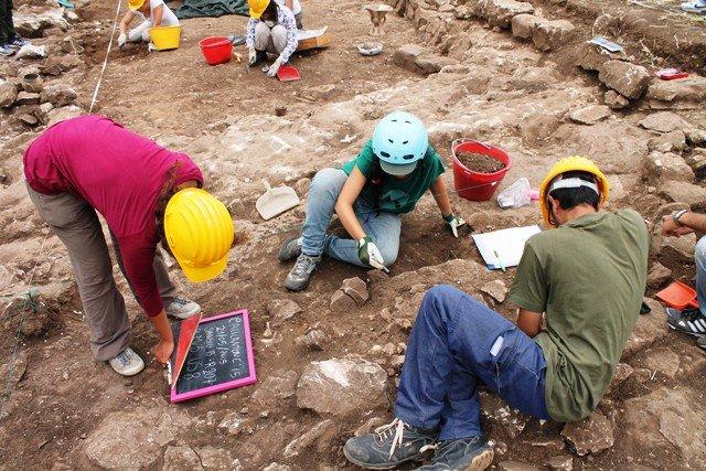 https://www.ragusanews.com/resizer/resize.php?url=https://www.ragusanews.com//immagini_articoli/21-05-2015/1432235036-0-scavi-archeologici-a-calicantone.jpg&size=749x500c0