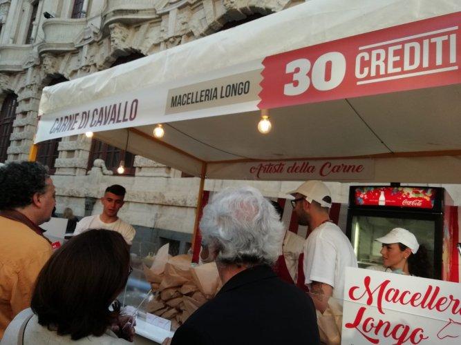 https://www.ragusanews.com/resizer/resize.php?url=https://www.ragusanews.com//immagini_articoli/21-05-2018/1526898526-1-catania-finalmente-street-food-deve-foto.jpg&size=667x500c0