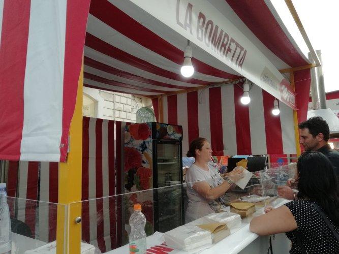 https://www.ragusanews.com/resizer/resize.php?url=https://www.ragusanews.com//immagini_articoli/21-05-2018/1526898526-9-catania-finalmente-street-food-deve-foto.jpg&size=667x500c0