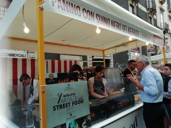 https://www.ragusanews.com/resizer/resize.php?url=https://www.ragusanews.com//immagini_articoli/21-05-2018/1526898527-14-catania-finalmente-street-food-deve-foto.jpg&size=667x500c0
