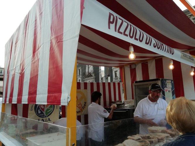 https://www.ragusanews.com/resizer/resize.php?url=https://www.ragusanews.com//immagini_articoli/21-05-2018/1526898527-19-catania-finalmente-street-food-deve-foto.jpg&size=667x500c0