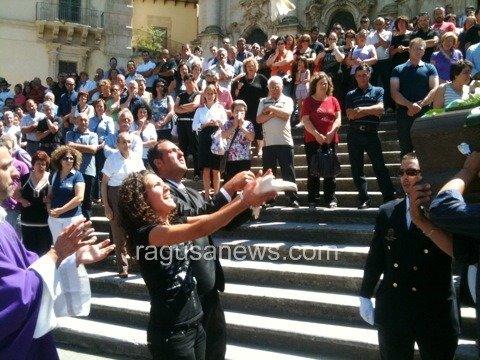 https://www.ragusanews.com/resizer/resize.php?url=https://www.ragusanews.com//immagini_articoli/21-07-2011/1396123804-celebrati-i-funerali-di-emanuele-di-raimondo.jpg&size=667x500c0