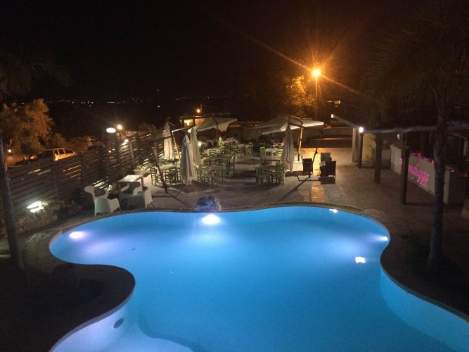 https://www.ragusanews.com/resizer/resize.php?url=https://www.ragusanews.com//immagini_articoli/21-07-2016/1469088547-1-party-in-piscina-al-donnafugata.jpg&size=667x500c0