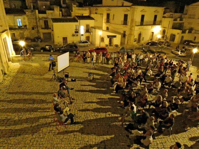 https://www.ragusanews.com/resizer/resize.php?url=https://www.ragusanews.com//immagini_articoli/21-08-2014/1408657713-0-la-scicli-di-rotoletti-e-come-il-western-di-sergio-leone.jpg&size=668x500c0