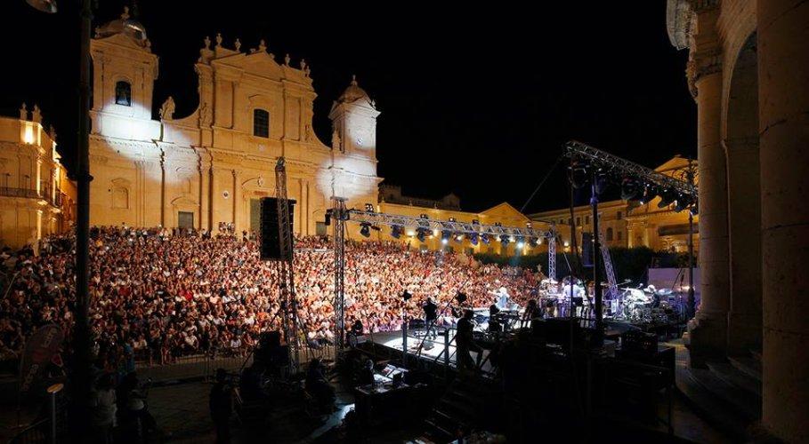 https://www.ragusanews.com/resizer/resize.php?url=https://www.ragusanews.com//immagini_articoli/21-08-2015/1440181913-1-fiorella-mannoia-fa-1700-spettatori-a-noto-200-gratis.jpg&size=909x500c0
