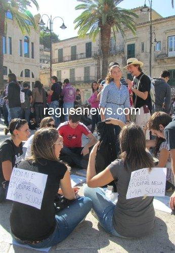 https://www.ragusanews.com/resizer/resize.php?url=https://www.ragusanews.com//immagini_articoli/21-09-2011/1396123488-modica-la-classe-pollaio-su-facebook-vogliamo-tornare-a-fare-lezione.jpg&size=346x500c0