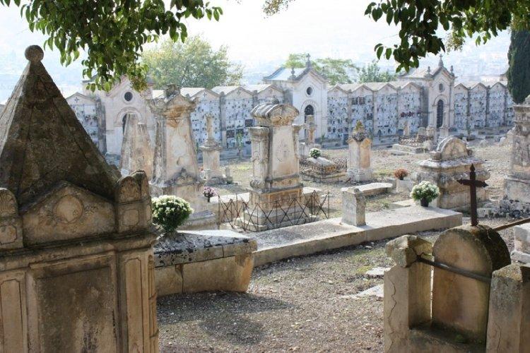 https://www.ragusanews.com/resizer/resize.php?url=https://www.ragusanews.com//immagini_articoli/21-09-2015/1442852666-0-sopralluogo-al-cimitero-di-scicli.jpg&size=750x500c0