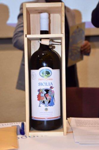 https://www.ragusanews.com/resizer/resize.php?url=https://www.ragusanews.com//immagini_articoli/21-09-2016/1474448132-1-olio-igp-sicilia-la-prima-bottiglia-e-prodotta-dai-frantoi-cutrera.jpg&size=333x500c0