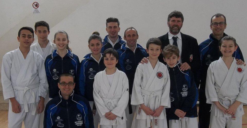 https://www.ragusanews.com/resizer/resize.php?url=https://www.ragusanews.com//immagini_articoli/22-02-2015/1424629422-0-dojo-karate-do-shotokan-alla-undicesima-coppa-sicilia.jpg&size=961x500c0
