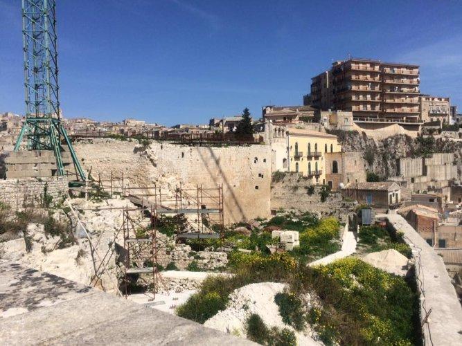 https://www.ragusanews.com/resizer/resize.php?url=https://www.ragusanews.com//immagini_articoli/22-03-2016/1458640210-0-castello-dei-conti-che-restauro-e.jpg&size=667x500c0
