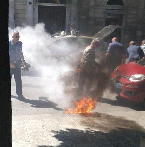 https://www.ragusanews.com/resizer/resize.php?url=https://www.ragusanews.com//immagini_articoli/22-05-2015/1432288085-1-incendia-auto-carabinieri-in-pieno-giorno-arrestato.jpg&size=493x500c0