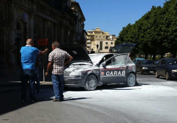 https://www.ragusanews.com/resizer/resize.php?url=https://www.ragusanews.com//immagini_articoli/22-05-2015/1432288328-1-incendia-auto-carabinieri-in-pieno-giorno-arrestato.jpg&size=717x500c0