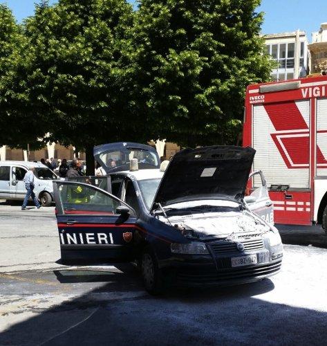 https://www.ragusanews.com/resizer/resize.php?url=https://www.ragusanews.com//immagini_articoli/22-05-2015/1432293785-1-incendia-auto-carabinieri-in-pieno-giorno-arrestato.jpg&size=473x500c0