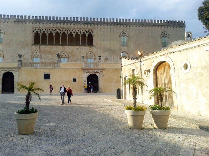 https://www.ragusanews.com/resizer/resize.php?url=https://www.ragusanews.com//immagini_articoli/22-06-2015/1434952936-0-donnafugata-gli-orari-del-castello-sono-penalizzanti.jpg&size=667x500c0