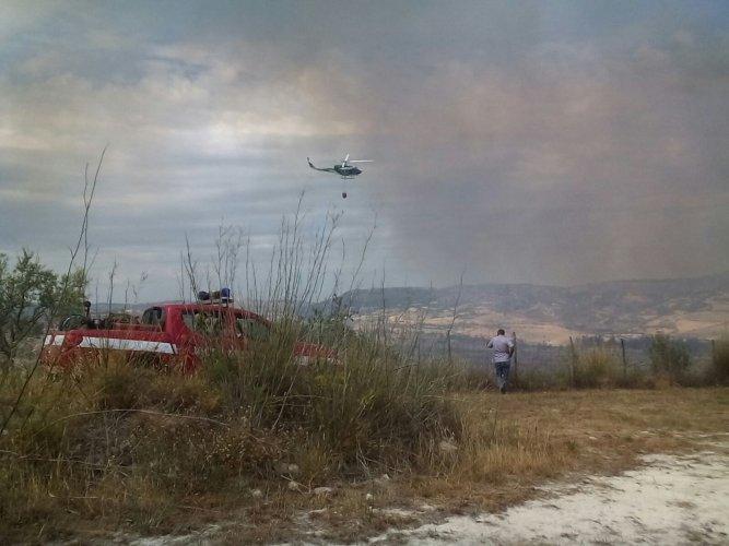 https://www.ragusanews.com/resizer/resize.php?url=https://www.ragusanews.com//immagini_articoli/22-06-2016/1466611931-0-incendio-a-san-giacomo.jpg&size=667x500c0
