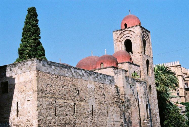 https://www.ragusanews.com/resizer/resize.php?url=https://www.ragusanews.com//immagini_articoli/22-10-2015/1445502411-0-il-crepuscolo-della-sicilia-islamica-di-carlo-ruta.jpg&size=747x500c0