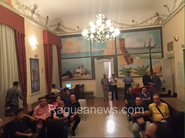 https://www.ragusanews.com/resizer/resize.php?url=https://www.ragusanews.com//immagini_articoli/22-10-2015/1445507435-1-i-lavoratori-coop-occupano-il-comune-di-pozzallo.jpg&size=669x500c0