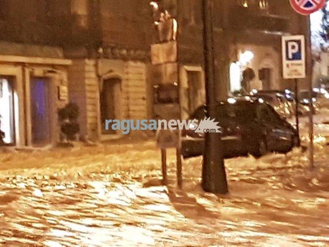 https://www.ragusanews.com/resizer/resize.php?url=https://www.ragusanews.com//immagini_articoli/23-01-2017/1485162656-1-auto-annegate-fontana-conta-danni-video.jpg&size=667x500c0