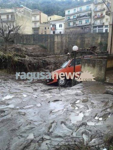 https://www.ragusanews.com/resizer/resize.php?url=https://www.ragusanews.com//immagini_articoli/23-01-2017/1485163791-1-auto-annegate-fontana-conta-danni-video.jpg&size=375x500c0
