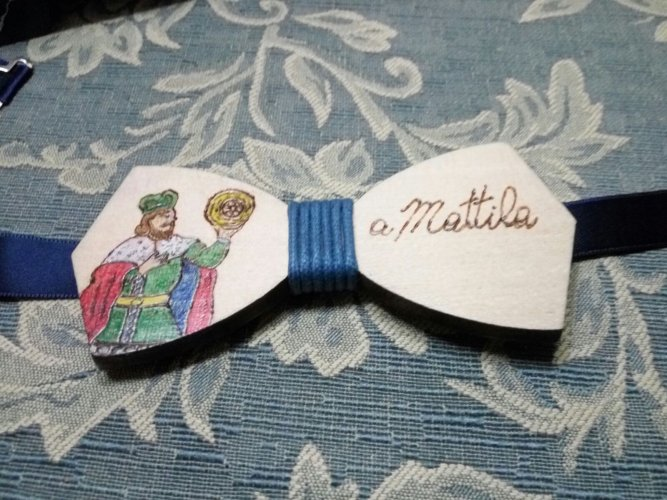 https://www.ragusanews.com/resizer/resize.php?url=https://www.ragusanews.com//immagini_articoli/23-03-2018/1521797452-10-coppia-papillon-legno-orgoglio-siciliano-anzi-ragusano.jpg&size=667x500c0
