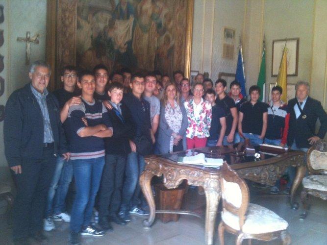 https://www.ragusanews.com/resizer/resize.php?url=https://www.ragusanews.com//immagini_articoli/23-05-2012/1396122075-gli-studenti-dellagrario-a-lezioni-di-legalita.jpg&size=667x500c0