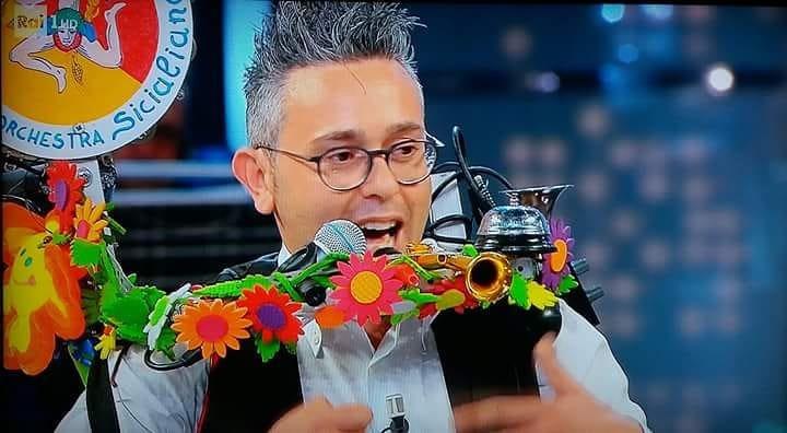 https://www.ragusanews.com/resizer/resize.php?url=https://www.ragusanews.com//immagini_articoli/23-05-2018/1527088257-1-uomo-orchestra-giarratana-reduce-corrida-racconta-video.jpg&size=909x500c0