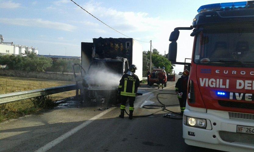 https://www.ragusanews.com/resizer/resize.php?url=https://www.ragusanews.com//immagini_articoli/23-06-2016/1466710741-1-a-fuoco-un-auto-e-un-furgone.jpg&size=833x500c0