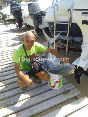 https://www.ragusanews.com/resizer/resize.php?url=https://www.ragusanews.com//immagini_articoli/23-07-2014/1406110444-0-voi-dite-che-il-mare-non-e-pulito-io-pesco-questo.jpg&size=375x500c0
