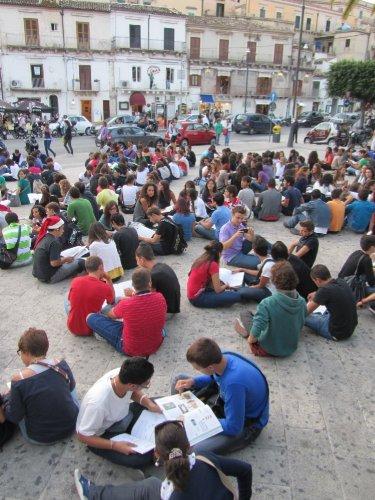 https://www.ragusanews.com/resizer/resize.php?url=https://www.ragusanews.com//immagini_articoli/23-09-2011/1396123484-classe-pollaio-a-modica-la-protesta-viaggia-in-rete.jpg&size=375x500c0