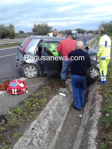https://www.ragusanews.com/resizer/resize.php?url=https://www.ragusanews.com//immagini_articoli/23-10-2015/1445588809-1-grave-incidente-sulla-ragusa-catania.jpg&size=375x500c0
