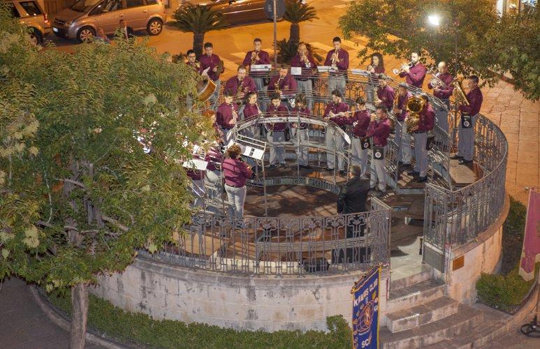https://www.ragusanews.com/resizer/resize.php?url=https://www.ragusanews.com//immagini_articoli/23-10-2015/1445597464-2-inaugurato-il-palco-della-musica.jpg&size=773x500c0