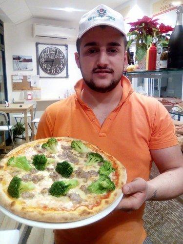 https://www.ragusanews.com/resizer/resize.php?url=https://www.ragusanews.com//immagini_articoli/23-12-2015/1450908704-0-dall-albania-in-sicilia-amarildo-la-mia-piazza-si-chiama-scicli.jpg&size=375x500c0