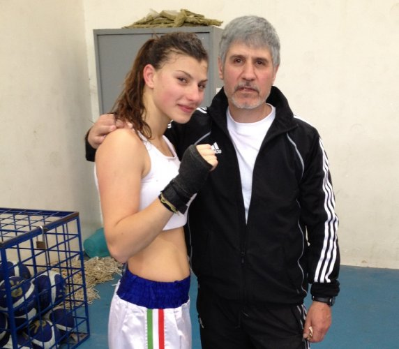 https://www.ragusanews.com/resizer/resize.php?url=https://www.ragusanews.com//immagini_articoli/24-05-2012/1396122073-kick-boxing-a-ragusa-le-donne-fanno-a-pugni.jpg&size=572x500c0
