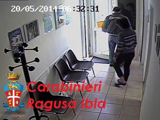 https://www.ragusanews.com/resizer/resize.php?url=https://www.ragusanews.com//immagini_articoli/24-07-2014/1406199979-0-minaccia-il-medico-di-guardia-denunciato.jpg&size=665x500c0