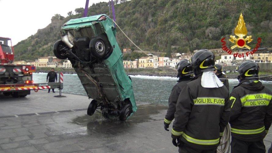 https://www.ragusanews.com/resizer/resize.php?url=https://www.ragusanews.com//immagini_articoli/25-02-2019/1551117289-1-acireale-identificato-econdo-cadavere-trovata-panda-foto.jpg&size=889x500c0