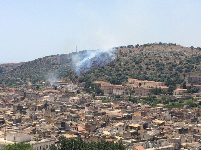 https://www.ragusanews.com/resizer/resize.php?url=https://www.ragusanews.com//immagini_articoli/25-05-2014/1401045820-scicli-il-solito-incendio-nel-solito-periodo.jpg&size=667x500c0