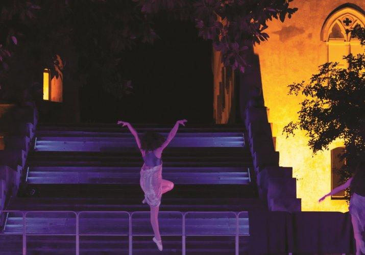 https://www.ragusanews.com/resizer/resize.php?url=https://www.ragusanews.com//immagini_articoli/25-07-2015/1437828104-0-a-donnafugata-si-danza.jpg&size=715x500c0