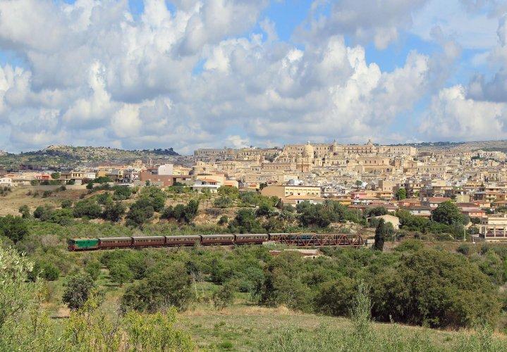 https://www.ragusanews.com/resizer/resize.php?url=https://www.ragusanews.com//immagini_articoli/25-07-2017/1500996229-1-programma-treni-storici-estate-sicilia.jpg&size=719x500c0