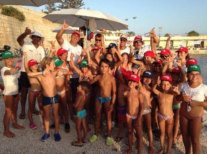 https://www.ragusanews.com/resizer/resize.php?url=https://www.ragusanews.com//immagini_articoli/25-08-2014/1408983375-0-piacciono-gli-sport-acquatici-al-porto.jpg&size=670x500c0
