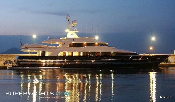 https://www.ragusanews.com/resizer/resize.php?url=https://www.ragusanews.com//immagini_articoli/25-08-2017/1503684042-1-valentino-approdato-siracusa-yacht.jpg&size=860x500c0