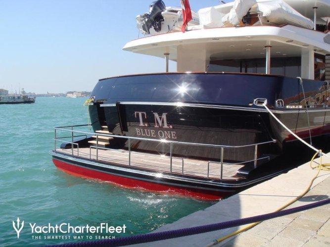https://www.ragusanews.com/resizer/resize.php?url=https://www.ragusanews.com//immagini_articoli/25-08-2017/1503684043-2-valentino-approdato-siracusa-yacht.jpg&size=667x500c0
